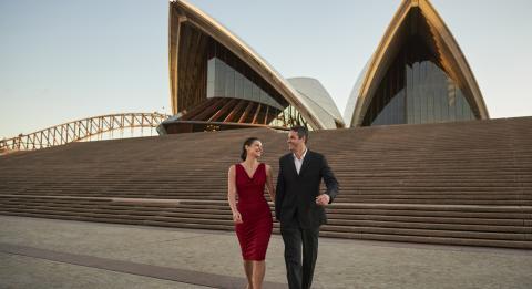 で夜を楽しむカップルシドニー・オペラハウス 、 シドニー・シティ