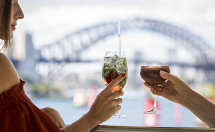 プルマンキーグランドのハシエンダバーで景色を眺めながらドリンクを楽しむ友人シドニー・ハーバー 、 シドニー・シティ