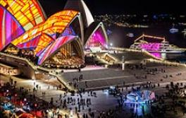 ビビッド・シドニーの期間中、シドニー・オペラハウス周辺のインスタレーションを見物する人々 2016