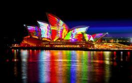 ビビッド・シドニー2018開催中、マセマジカルがシドニー・オペラハウスを照らします。アーティスト:ジョナサン・ザワダ